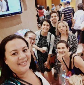 Lucélia, Camila, Paula, Alê, Joy e Lia em frente ao teatro
